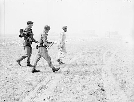 6 novembre - 440px-Troops_of_3rd_Battalion_Parachute_Regiment_escort_a_captured_Egyptian_soldier_on_the_beach_at_Port_Said